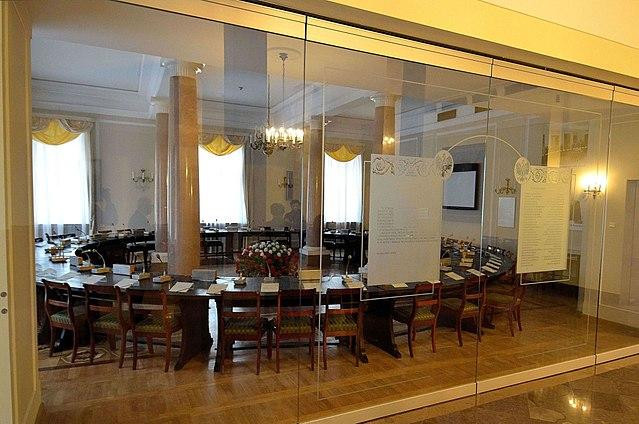 Стіл круглої форми, за яким відбувалися переговори, стоїть у Колонній залі Президентського палацу у Варшаві