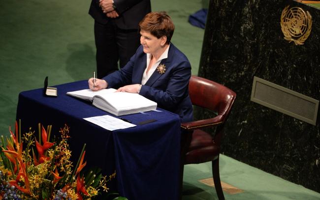 Беата Шидло от имени Польши подписывает климатическое соглашение в Нью Йорке