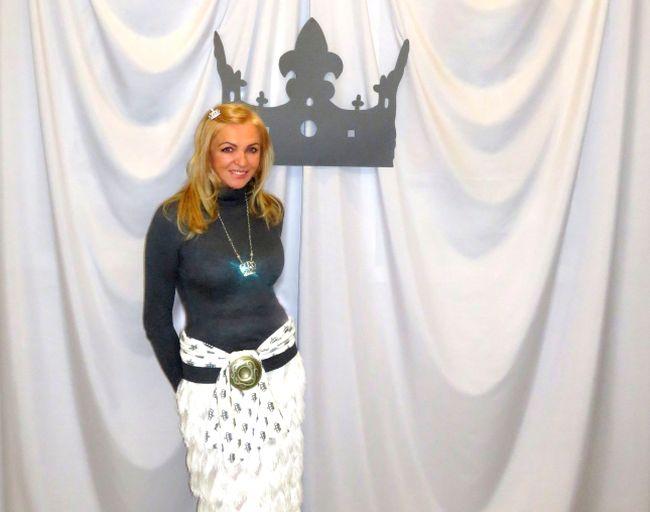 """Йоланта Паховская на выставке """"Королевство"""" Филипа Кужевского (ее сына), в которой она принимала участие."""