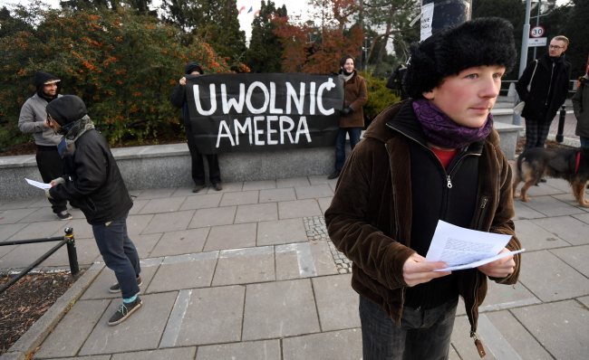 Protesters outside Polish parliament support Ameer Alkhawlany, whom they believe is being wrongfully detained by Poland's Internal Security Agency. Photo: PAP/Bartłomiej Zborowski
