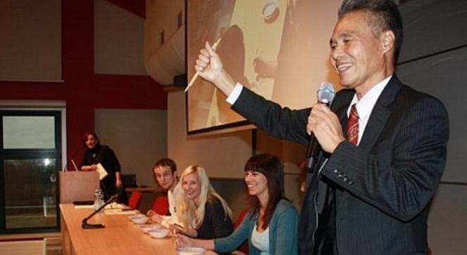 Профессор Митсухико Тохо читает лекцию