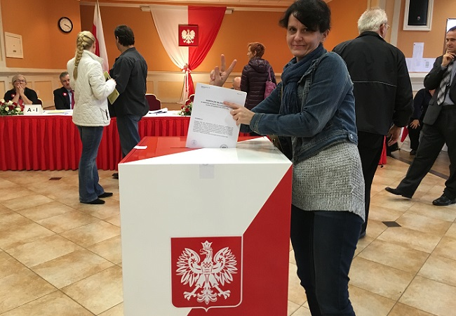 A woman casts her vote in 2015 elections. Photo: Flickr.com/Nowy Dziennik.