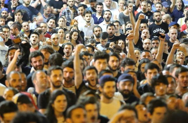 Тысячи грузинских сторонников оппозиции протестуют перед зжанием грузинского парламента в Тбилиси