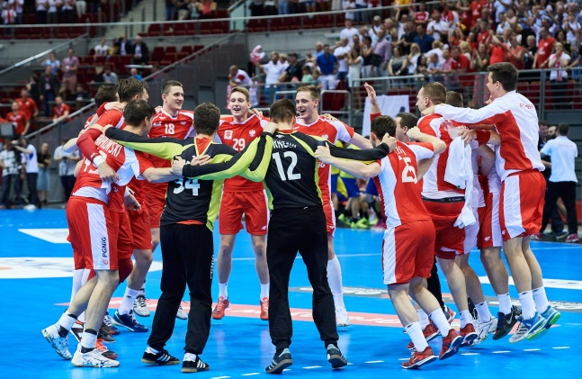 Polish players celebrate their win against Romania. Photo: PAP/Adam Warżawa