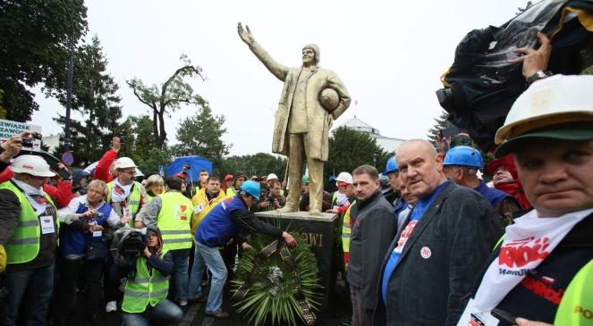 Związkowcy podczas happeningu, w czasie którego odsłonięto ogromny, złoty pomnik premiera Donalda Tuska.