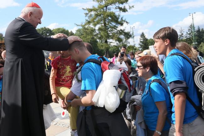 Cardinal Stanisław Dziwisz (L) met with some of the pilgrims in Kraków. Photo: PAP/Waldemar Deska
