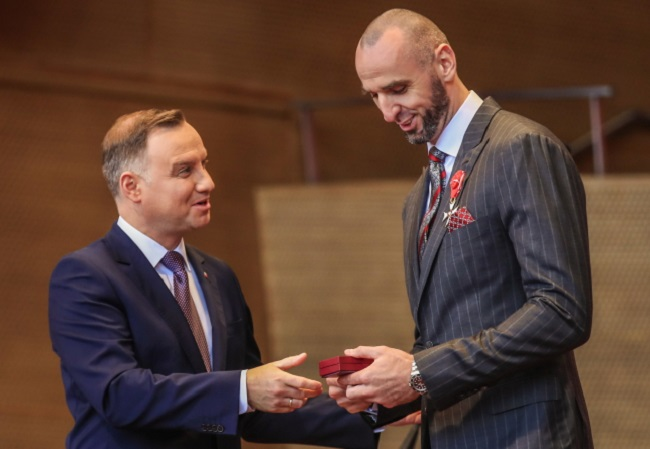 Polish President Andrzej Duda (left) presents an award to Washington Wizards centre Marcin Gortat of Poland (right) during a celebration of Polish independence in Millennium Park in Chicago, Illinois, USA, on Saturday. Photo: EPA/TANNEN MAURY