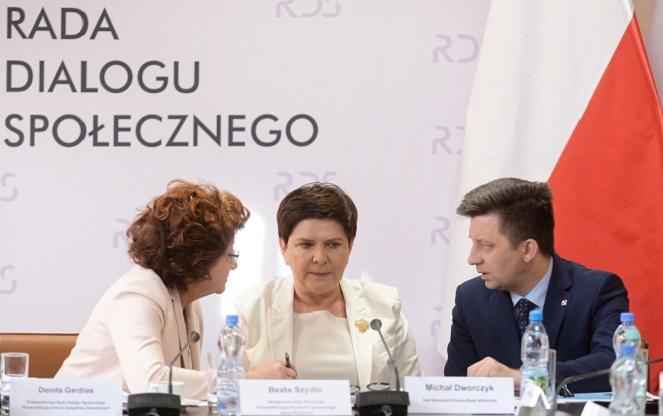 Слева направо: председатель Форума профсозов Дорота Гардиас, премьер-министр Беата Шидло, глава канцелярии председателя Совета министров Михал Дворчик.