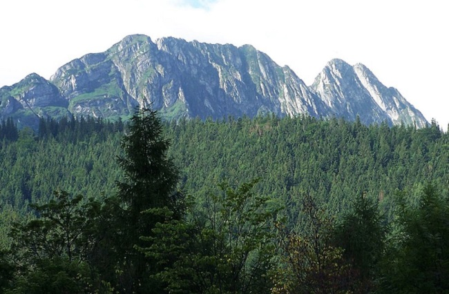 Mount Giewont in Poland's southern Tatra mountains. Photo: Opioła Jerzy [GFDL (http://www.gnu.org/copyleft/fdl.html), CC-BY-SA-3.0 (http://creativecommons.org/licenses/by-sa/3.0/) or CC BY 2.5  (https://creativecommons.org/licenses/by/2.5)], from Wikimedia Commons