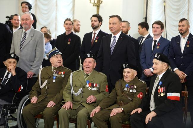 Президент Анджей Дуда (в центре) вместе с награжденными и ветеранами во время церемонии вручения государственных наград