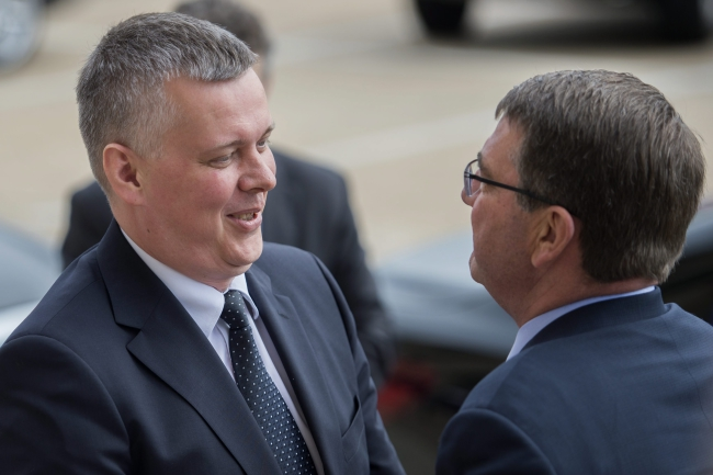 Polish Defense Minister Tomasz Siemoniak (L) is greeted by US Secretary of Defense Ashton Carter (R) as he arrives for an honor cordon ceremony at the Pentagon in Arlington, Virginia, USA, 19 May 2015. Photo: PAP/EPA/SHAWN THEW
