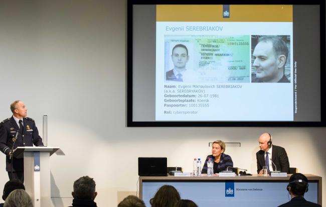 Министр обороны Нидерландов Анк Бийлевельд  (в центре) рассказывает о кибератаке на Организацию по запрету химического оружия в Гааге