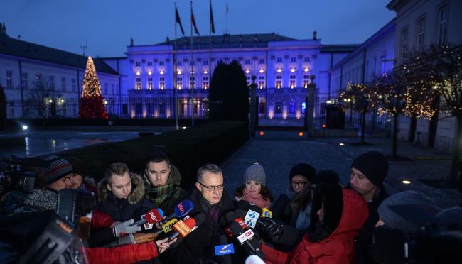 Керівник прес-служби Канцелярії президента Польщі Марек Маґєровський перед Президентським палацом
