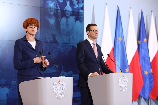 Prime Minister Mateusz Morawiecki (right) and Family, Labour and Social Policy Minister Elżbieta Rafalska (left) brief reporters on the details of a new government plan to support senior citizens on Tuesday. Photo: PAP/Leszek Szymański