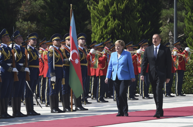President of Azerbaijan Ilham Aliyev (R) and German Chancellor Angela Merkel (C)