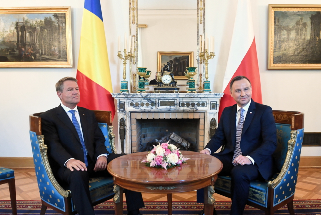 Президент Анджей Дуда (п) під час зустрічі з президентом Румунії Клаусом Йоганнісом (л)