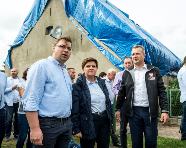 PM Beata Szydło (centre) visits a family affected by a storm in the village of Mała Klonia, Kujawsko-Pomorskie province, 19 August 2017. Photo: PAP/Tytus Żmijewski