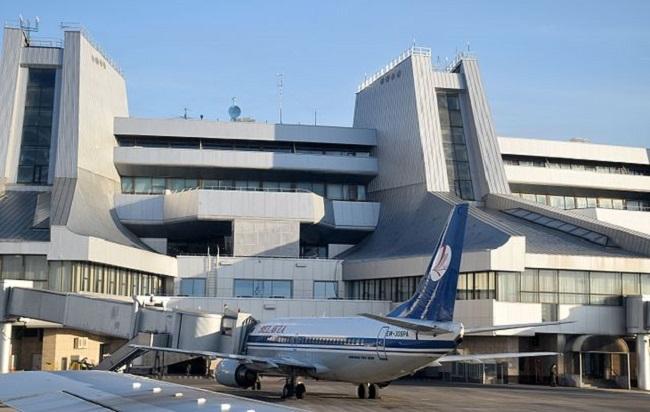 Boeing 737-300 авіякампаніі «Белавія» ля телетрапа ў Нацыянальным аэрапорце «Менск»