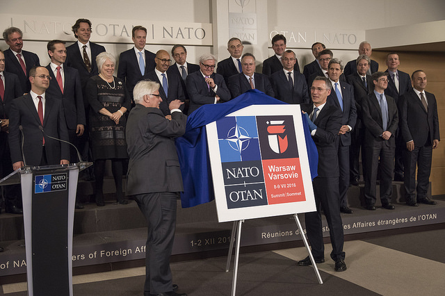 Foreign Minister Witold Waszczykowski (L) and NATO general secretary Jens Stoltenberg unveiling the logo of the Warsaw Summit. Photo: Flickr.com/ Ministerstwo Obrony