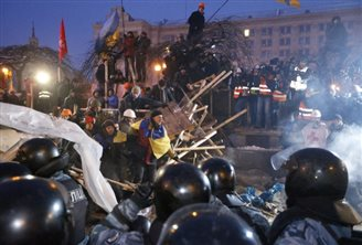 Poland calls for dialogue as riot police storm Kiev protest