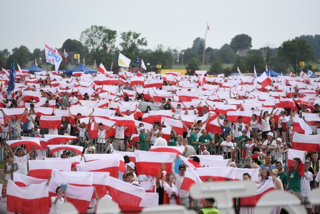 Young Polish Catholics wave national flags during their annual gathering at the Lednica Fields in the west of the country on Saturday. Photo: PAP/Jakub Kaczmarczyk