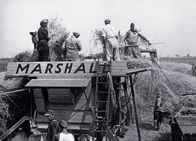 Аўстрыйскія сяляне працуюць на камбайне, купленым за сродкі Пляну Маршала