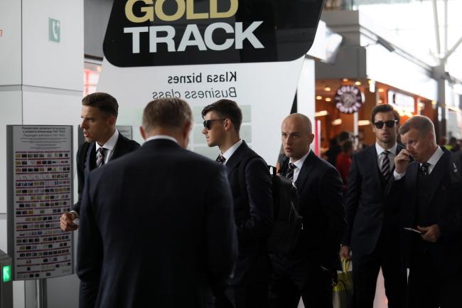 Футболисты сборной Польши в аэропорту им. Шопена перед вылетом в Сочи.