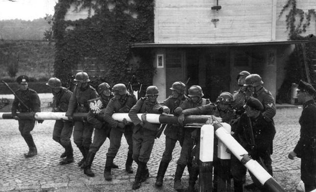 Deutsche Soldaten stellen die Zerstörung eines polnischen Schlagbaums an der Grenze zur Freien Stadt Danzig nach, 1. September 1939