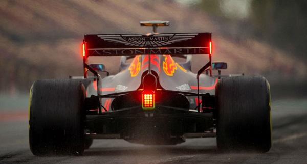 Болид команды Red Bull Racing на трассе в Барселоне