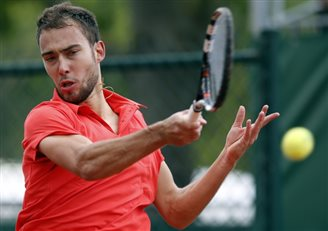 Janowicz wins first clash of French Open