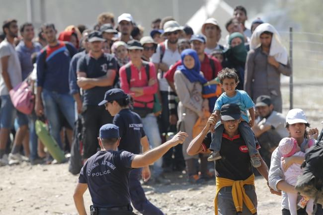 Refugees, chiefly from Syria, cross the border between Macedonia and Greece, near the town of Gevgelija. EPA/VALDRIN XHEMAJ Dostawca