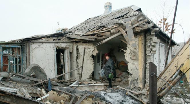 Zniszczony ostrzałem artyleryjskim dom w Donbasie
