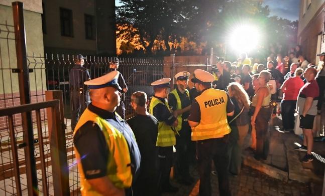 Люди, собравшиеся перед прокуратурой в Свиднице