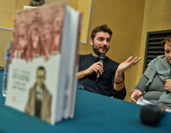 Italian artist Lelio Bonaccorso meets readers at the Warsaw Rising Museum for the release of a comic on Jan Karski. Photo: PAP/Marcin Obara