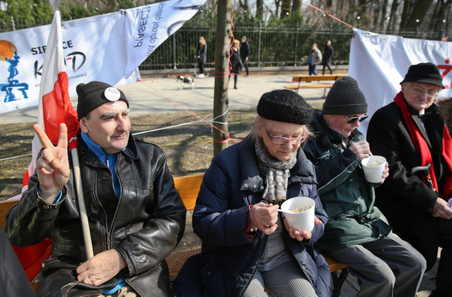 Easter Sunday rally in front of the Prime Minister's Office in Warsaw. Photo: PAP/Rafał Guz
