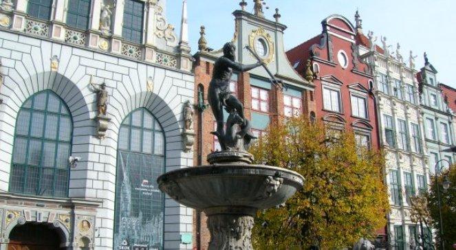 Двір Артура та фонтан Нептуна у центрі Гданська