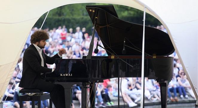 Выступает пианист Лукас Генюшас.