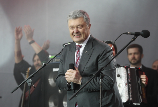 Petro Poroshenko thanks supporters at the Olimpiyskiy Stadium in Kiev on Sunday