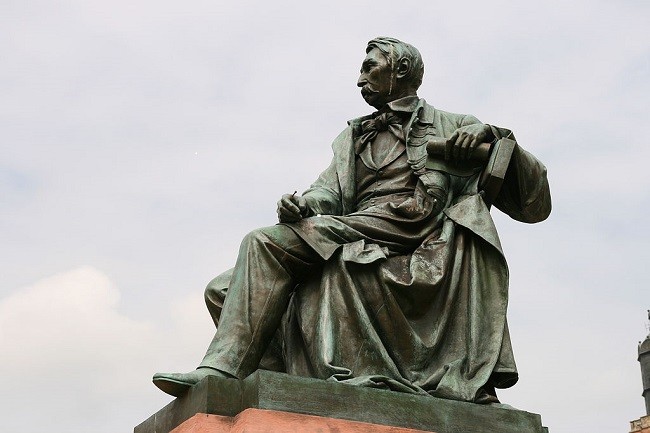 Monument to Aleksander Fredro (1793-1876) in the southwestern Polish city of Wrocław. Photo: Lestat (Jan Mehlich [GFDL (http://www.gnu.org/copyleft/fdl.html) or CC BY-SA 3.0 (https://creativecommons.org/licenses/by-sa/3.0)], via Wikimedia Commons