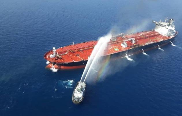 Катер ВМС Ирана попытался справиться с огнем на нефтяном танкере в Оманском заливе